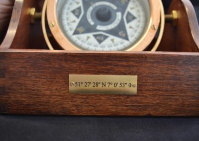 Kompass-aus-Messing-in-Holzbox-Lasergravur