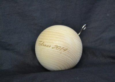 Eine Kugel aus Holz gravieren.