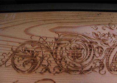 Gravuren und Motiven auf Holz