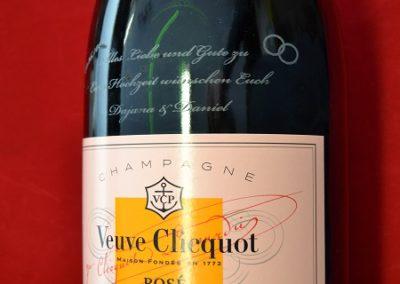 Lasergravieren-einer-Champagnerflasche