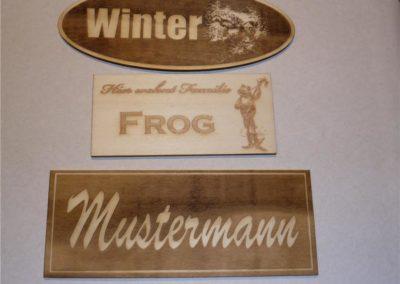 Holzschilder mit verschiedenen Motiven und Schriftzügen