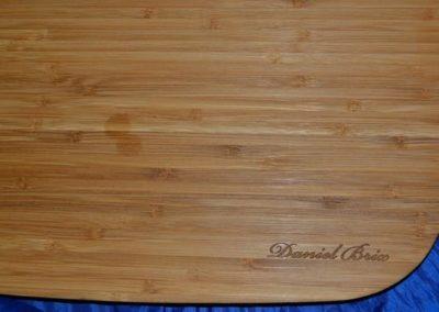 ein Brett mit einer individuellen Holzgravur