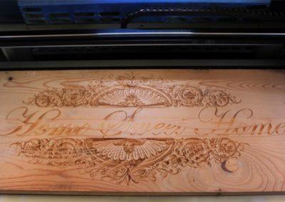 Motiven und Buchstaben auf Holz Gravieren